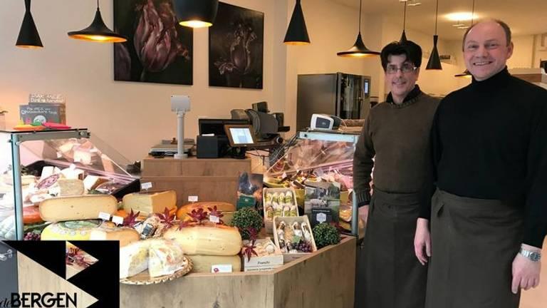 Ronald Stoot (r) en medewerker van de delicatessenzaak in Eindhoven (Foto: Facebook)
