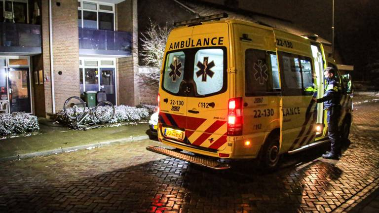 De man is in een ambulance naar een ziekenhuis gebracht (foto: Harrie Grijseels/SQ Vision).