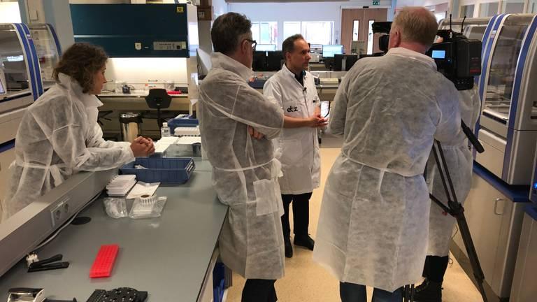 Arts-microbioloog Jean-Luc Murk wordt in het laboratorium van het Tilburgse Elisabeth-TweeSteden Ziekenhuis geïnterviewd.