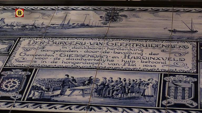 Het tegeltableau dat de bevolking van Geertruidenberg kreeg als dank voor de hulp .